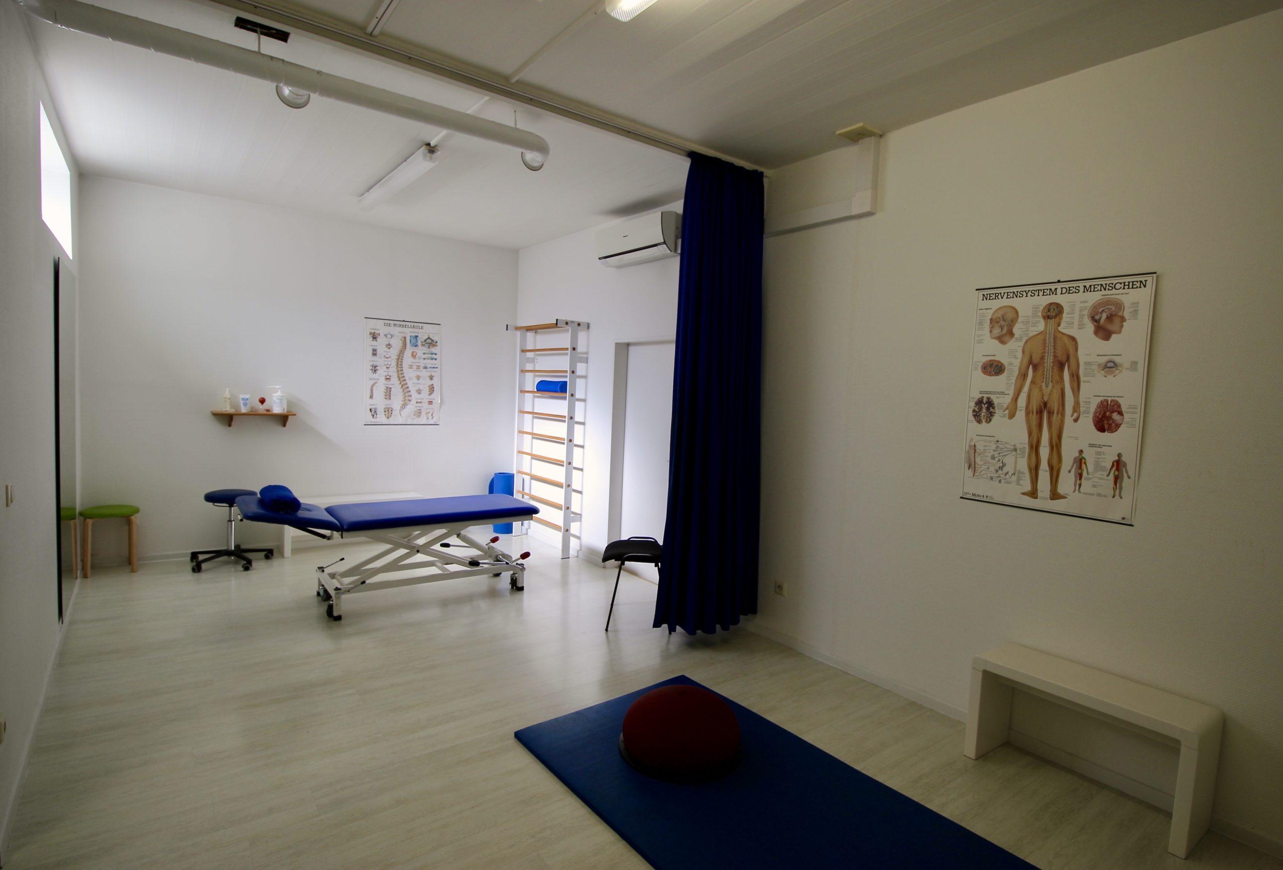 Ein Therapieraum mit Liege, Matte und diversen Geräten für die Einzel- und Gruppentherapie in der Physiotherapiepraxis Hinkämper-Kreul